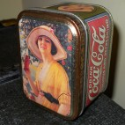 Riproduzione di antica scatola Coca Cola